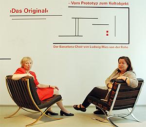 Prof. Friederike Deuerler und Prof. Gerda Breuer sitzen in zwei Exemplaren des Barcelona Chair von Ludwig Mies van der Rohe