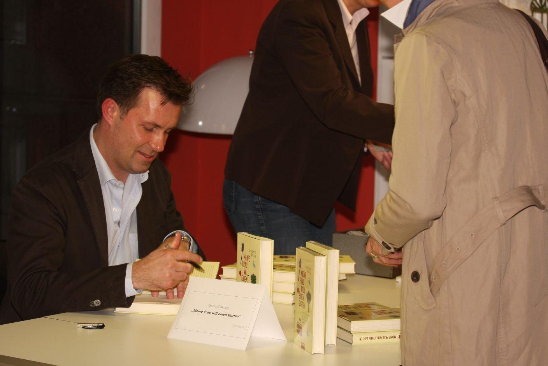 Gerhard Matzig signing copies of Meine Frau will einen Garten at (smow)liest