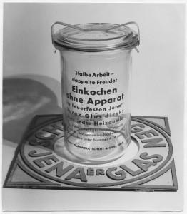 """A """"Jener glas"""" Werbefoto von Hajo Rose welches während seiner Assistenzzeit bei Moholy-Nagy entstannt (© VG Bild-Kunst, Bonn)"""