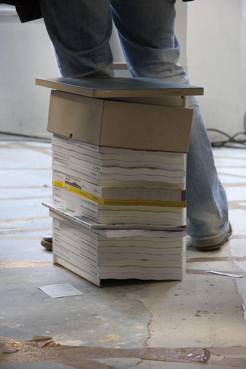 Zeitschriftenablage und Stuhl bzw. Tisch in einem