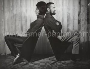 Marianne og Verner Panton i hans Kræmmerhusstol (ca. 1965 © Verner Panton Design)