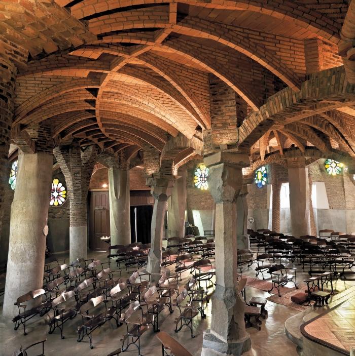 Antoni Gaudí. Krypta der Kirche der Colònia Güell. Innenansicht (1898-1917)