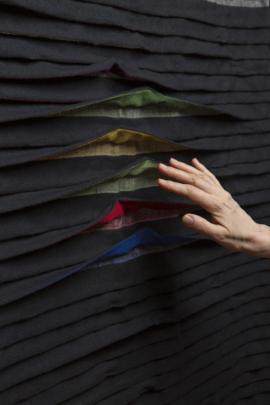 Manuela Leite, woven fabric with folds and motion sensors that make the folds open to reveal colourful fabric (© design: Manuela Leite, photo: Matthias Ritzmann)