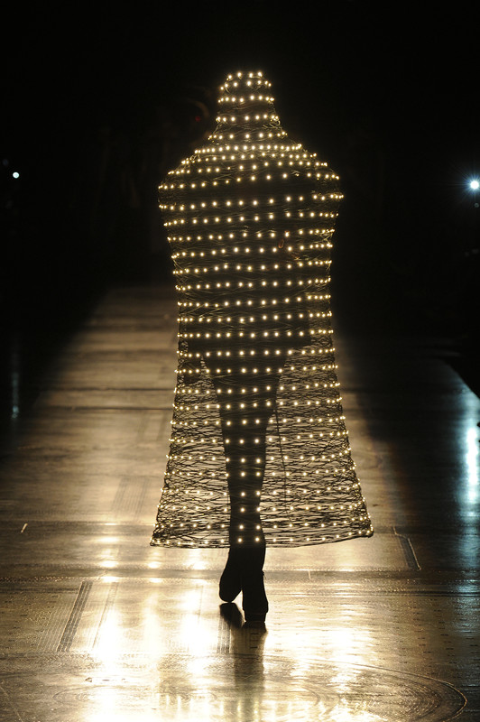 Moritz Waldemeyer, basket-like cloak for Philip Treacy, lighting technology Moritz Waldemeyer (© Design/Foto: Moritz Waldemeyer)
