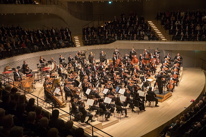 Orchestra musicians at work. Seated. Specifically, the Chicago Symphony Orchestra with Riccardo Muti at the Elbphilharmonie Hamburg, January 2017 (Photo © Todd Rosenberg, Courtesy Elbphilharmonie Hamburg)