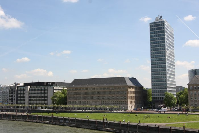 The Mannesmann-Haus by Peter Behrens (l) and the Mannesmann-Hochhaus by Paul Schneider-Esleben as viewed from the Rheinkniebrücke