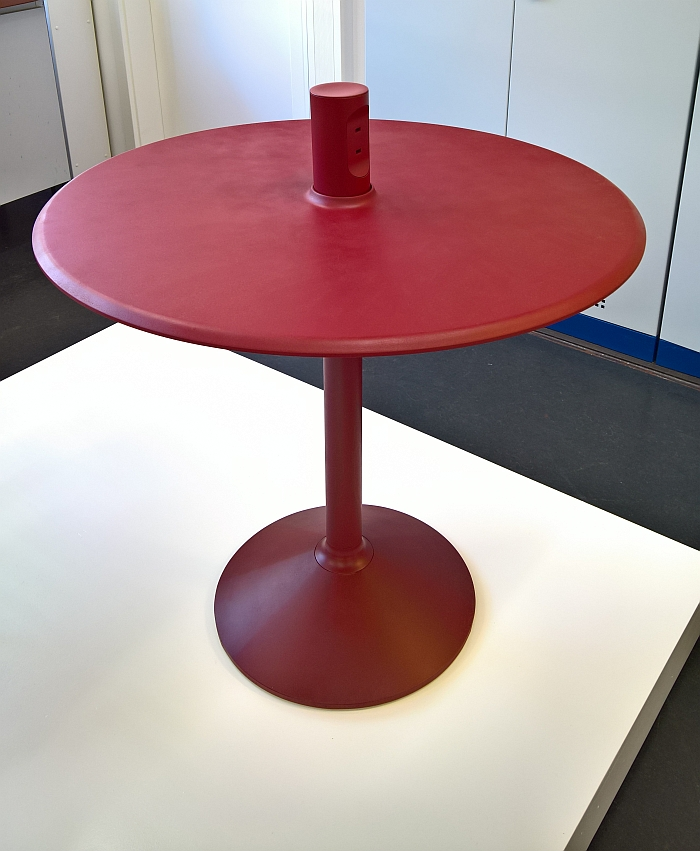 Charger Table by Maximillian Müller, as seen at Kunsthochschule Kassel Rundgang 2017