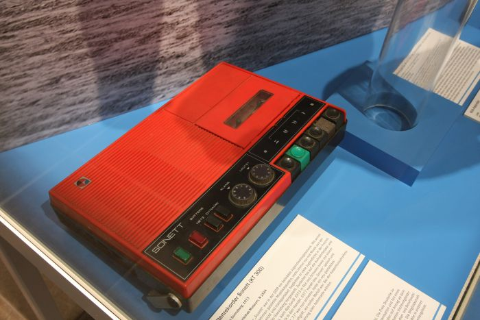 A Sonett KT 300 cassette recorder, as seen at Von Ata bis Zentralkomitee at the Kulturhistorisches Museum Rostock