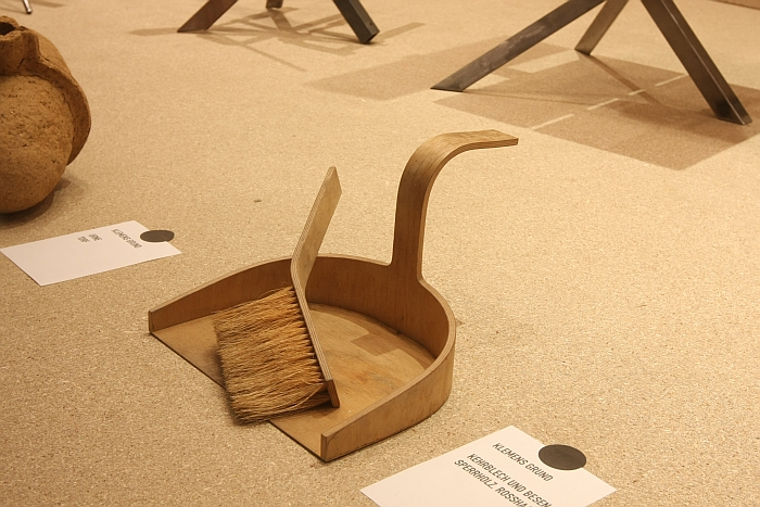 Dustpan and brush by Klemens Grund, In Arbeit. Prototypen von Thomas Schnur und Klemens Grund, Passagen Cologne 2018