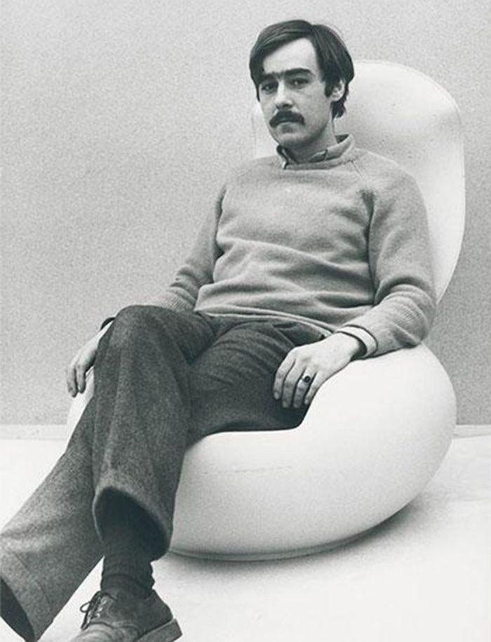 Peter Ghyczy in his polyurethane Garden Egg Chair (photo Peter Ghyczy © ADAM, courtesy ADAM)