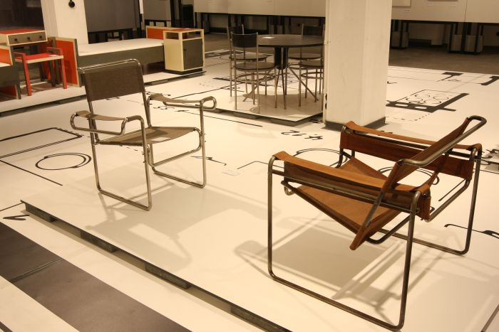 Two chairs in discourse, one from Carl Fieger (l.) the other from Marcel Breuer (r.), as seen at Carl Fieger. From Bauhaus to Bauakademie, Stiftung Bauhaus Dessau