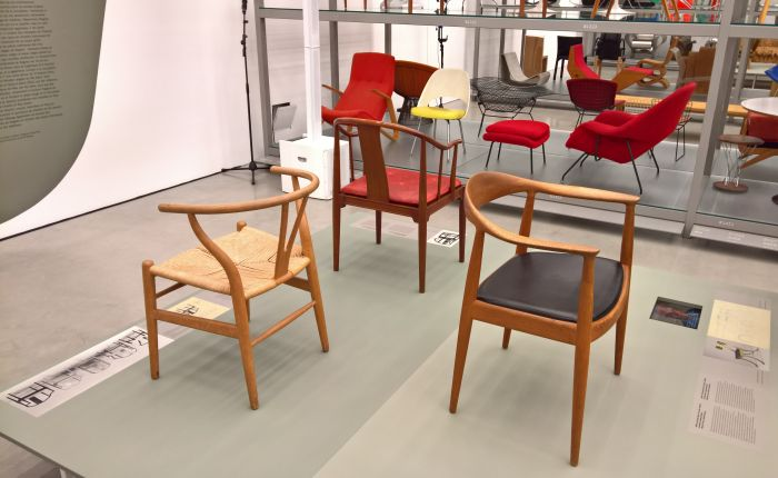 The CH 24 Wishbone or Y Chair (l.), the FH4282 China Chair (m.) & the JH501 Round Chair r.), as seen at Hans J. Wegner: Designing Danish Modern. Vitra Design Museum Schaudepot