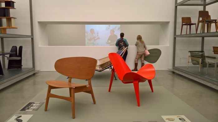 The FH1936 for Fritz Hansen (l.) and a two part plywood chair (r.), as seen at Hans J. Wegner: Designing Danish Modern. Vitra Design Museum Schaudepot