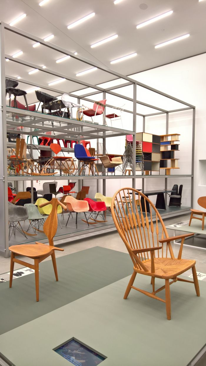 The JH540 Valet Chair (l.) & JH550 Peacock Chair (r.), as seen at Hans J. Wegner: Designing Danish Modern. Vitra Design Museum Schaudepot