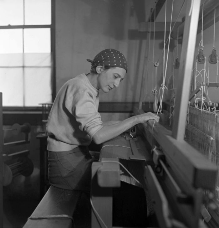 Anni Albers at her loom, at Black Mountain College, 1937 (Photo: Helen M. Post, © Kunstsammlung NRW Courtesy Western Regional Archives, State Archives of North Carolina & Kunstsammlung NRW)