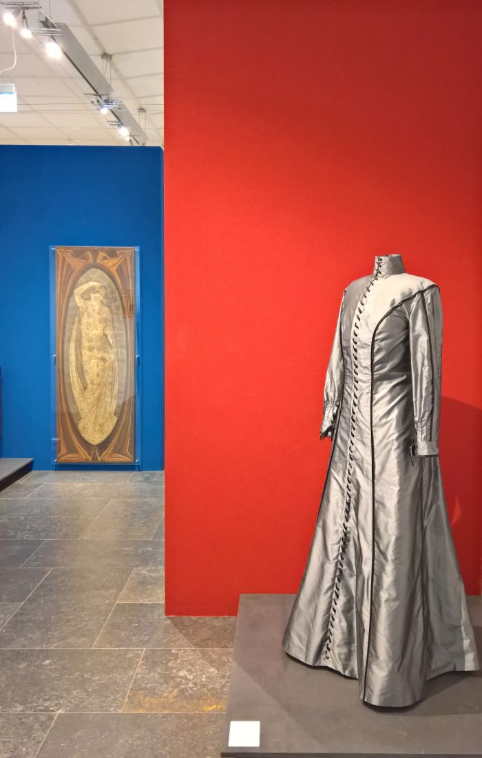 Two representations of womanhood from peter behrens, in the background a calssic inspired relief from 1897, in the foreground a so-called Reformkleid from 1900, a dress for the modern, liberal female