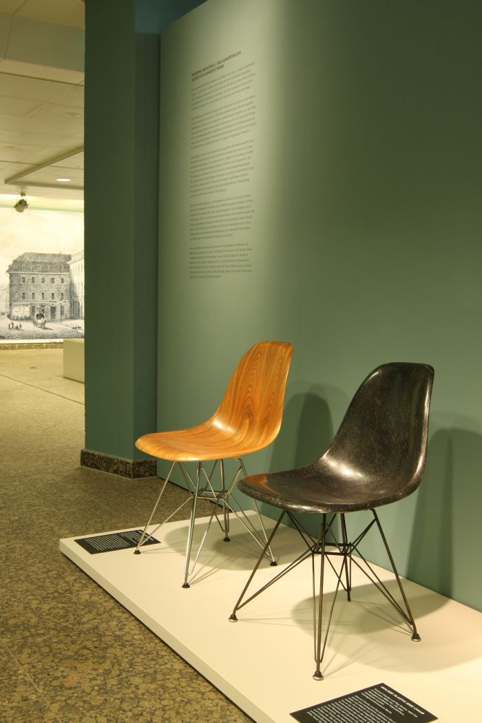 Eames S shell for Herman Miller in fibreglass and Santos-Pallisander at Inside Out. Understanding the art of furniture making, the Kunstgewerbemuseum Berlin