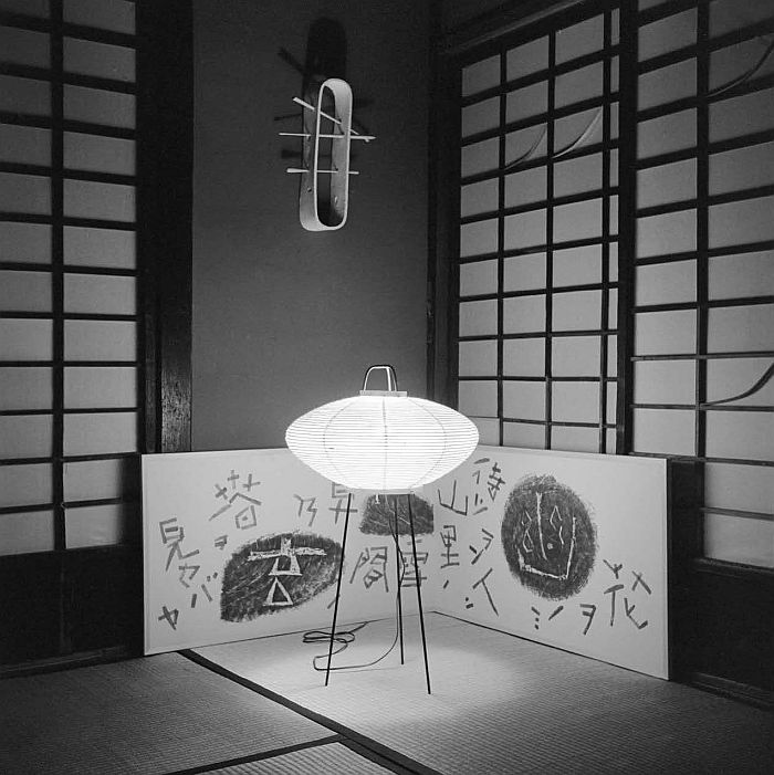 An Akari lamp by Isamu Noguchi and a screen diptych by Saburo Hasegawa (Photo ©The Isamu Noguchi Foundation and Garden Museum, NY/ARS, courtesy of the Noguchi Museum)
