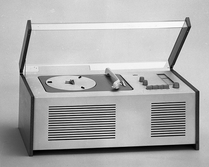 "SK 4 ""Schneewittchensarg"" radio/record player by Hans Gugelot and Dieter Rams for Braun ( Photo: Wolfgang Siol, © and courtesy HfG-Archiv/Museum Ulm)"
