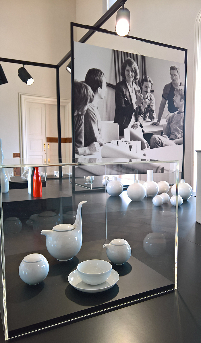 A (unrealised) tea service for Rosenthal by Christa Petroff-Bohne, and in the background vases for the Staatliche Porzellanmaufaktur Meißen, as seen at Beauty of Form. The Designer Christa Petroff-Bohne, Kunstgewerbemuseum Dresden