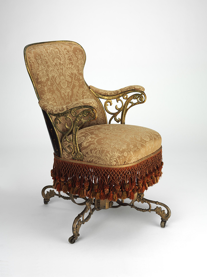A Centripetal Spring Chair by Thomas E. Warren for the American Chair with armrests and a quadratic backrest (Image © and courtesy Victoria and Albert Museum, London)