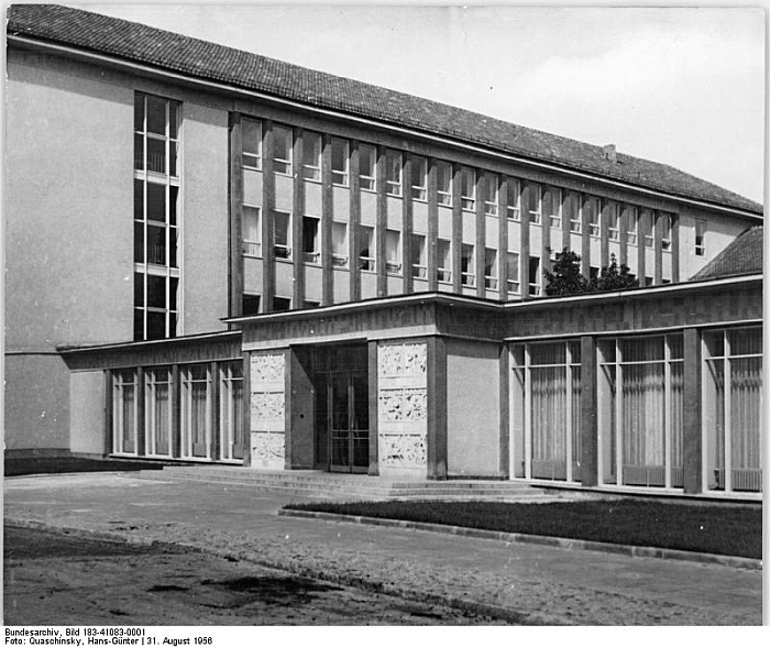 Kunsthochschule Berlin-Weißensee ca 1956, with its new extension. Thus not as Mart Stam knew it... (Photo: Hans-Günter Quaschinsky, courtesy Bundesarchiv, Bild 183-41083-0001 / CC-BY-SA 3.0 via commons.wikimedia.org)