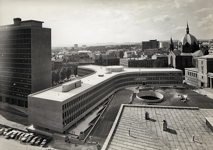 The Y-building in Oslo, from 1969 by Erling Viksjø, part of Concrete in Transition. The architect Erling Viksjø and his artist collaborators ,The National Museum, Oslo (photo Norsk Teknisk Museum/ Sparebankstiftelsen via commons.wikimedia.org CC BY-SA 4.0)
