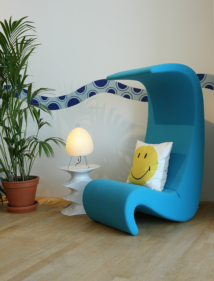 We know their favourite colour...... Enjoying the Amoebe Highback by Verner Panton for Vitra