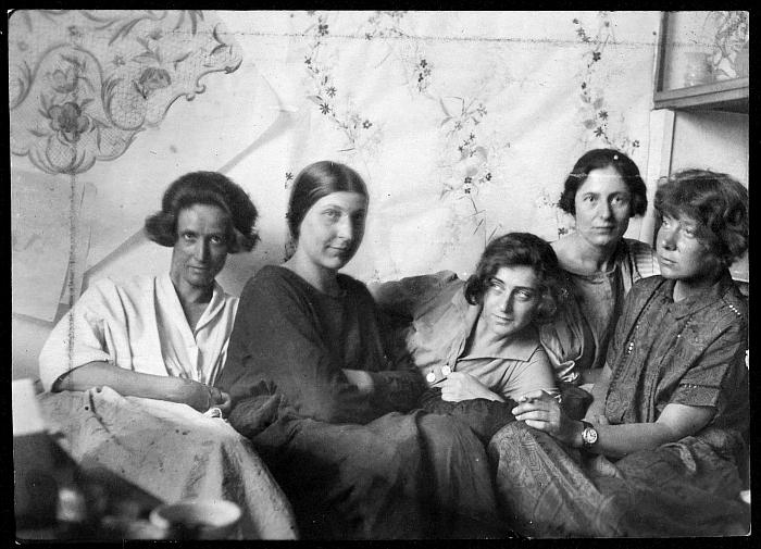 Charlotte Billwiller, Mathilde Flögl, Susi Singer, Marianne Leisching and Maria Likarz, in ca 1924, just 5 of the Women Artists of the Wiener Werkstätte (Photo © and courtesy MAK - Museum für angewandte Kunst Vienna)