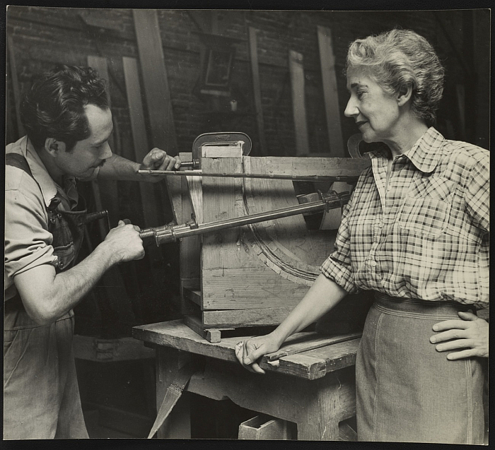 Clara Porset and Alfonso Rojas moulding plywood chair backs (Photo courtesy Esther McCoy papers, Archives of American Art, Smithsonian Institution)