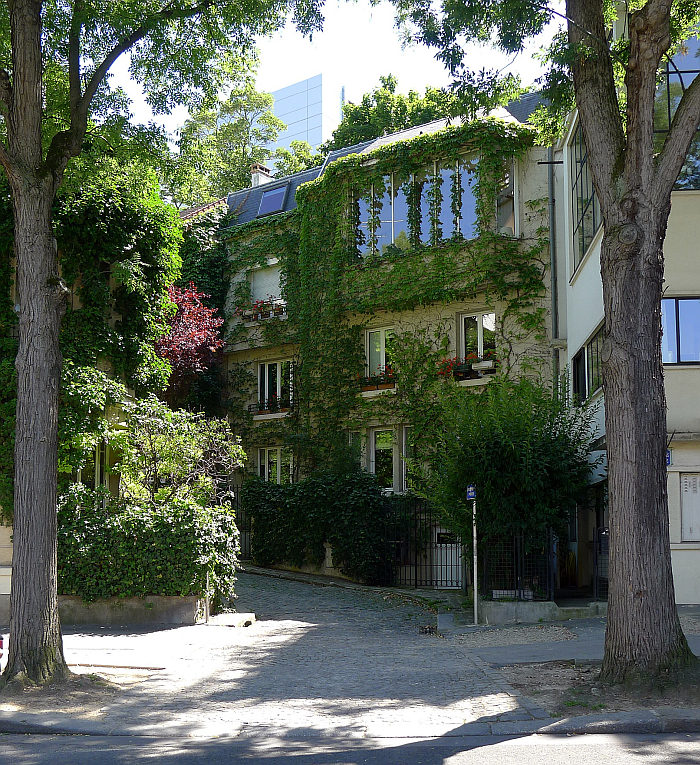 Not directly associated with Amédée Ozenfant, but being as it is the house next door to the house/studio designed by Le Corbusier for Amédée Ozenfant in Paris in 1922 (the one on the right-hand side), is a nice metaphor of the dearth of images of Amédée Ozenfant and/or his work available: it's the next best thing. Also because it very neatly mirrors Amédée Ozenfant's 1937 views on ivy and Virginia creeper....... (photo by Mbzt via commons.wikimedia.org CC BY 3.0)