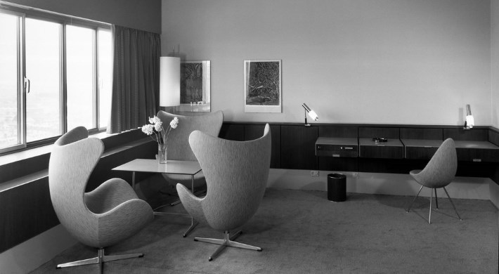 Arne jacobsen designer furniture by for Arne jacobsen hotel