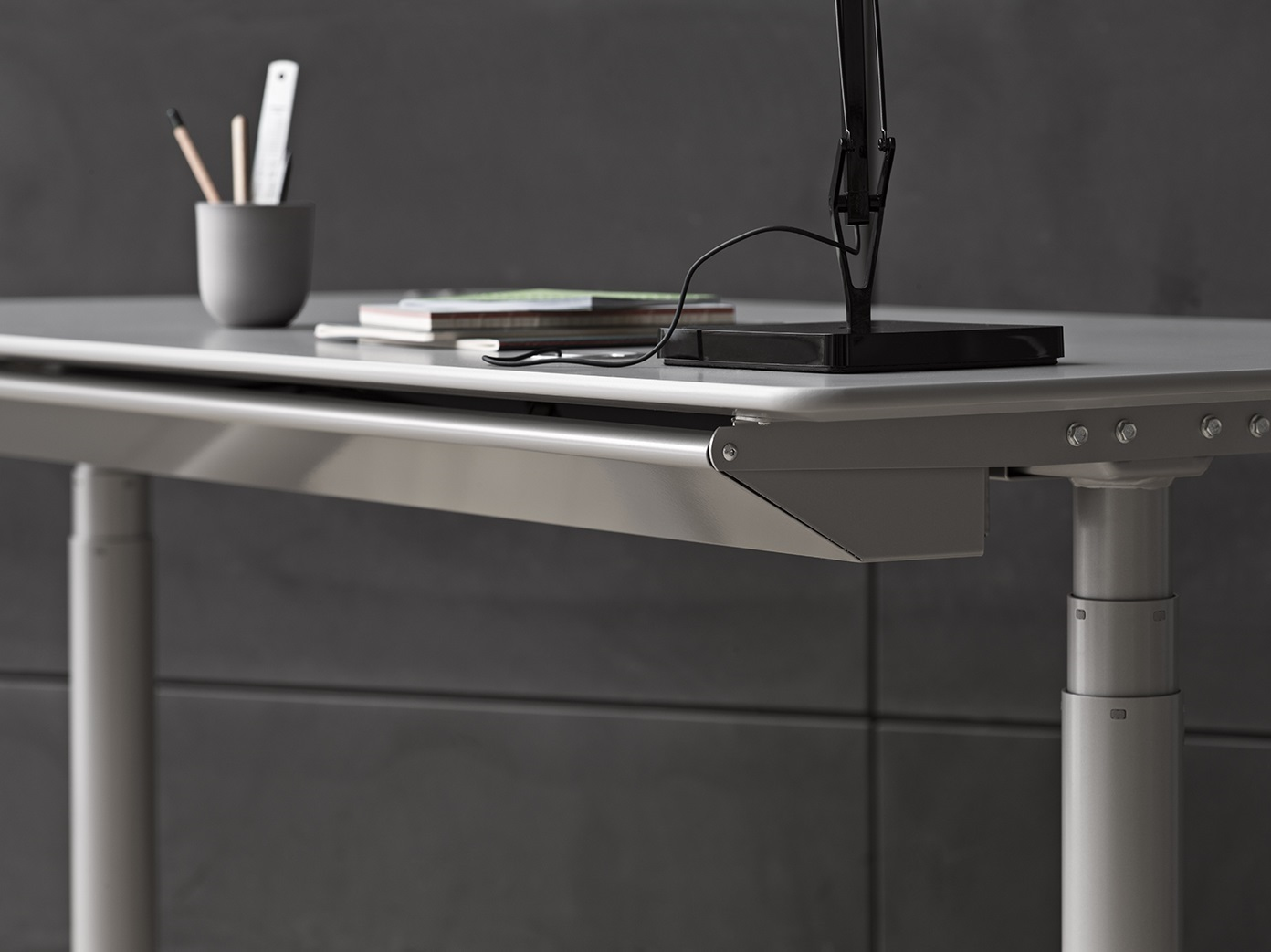 Good reasons for a height-adjustable desk HiLow details