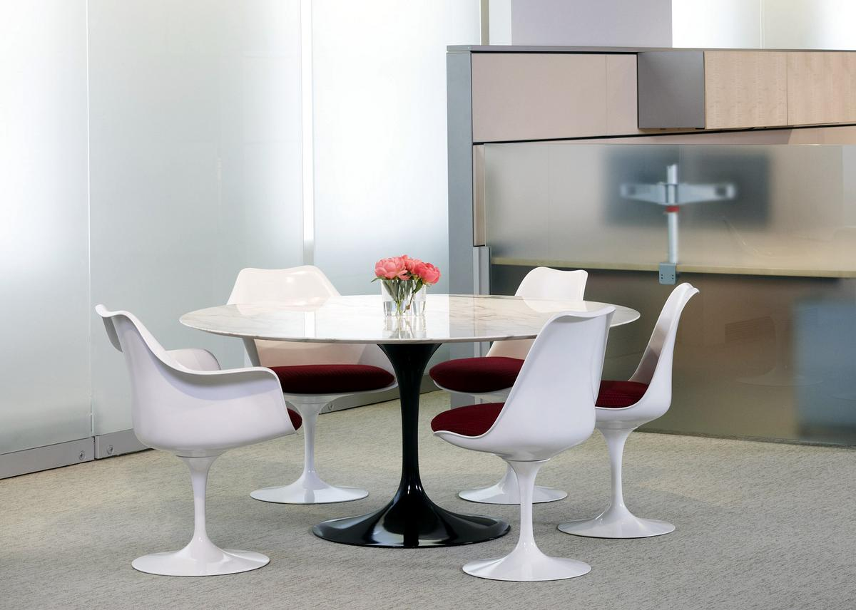 Knoll international saarinen round dining table by eero for Designer esstisch rund