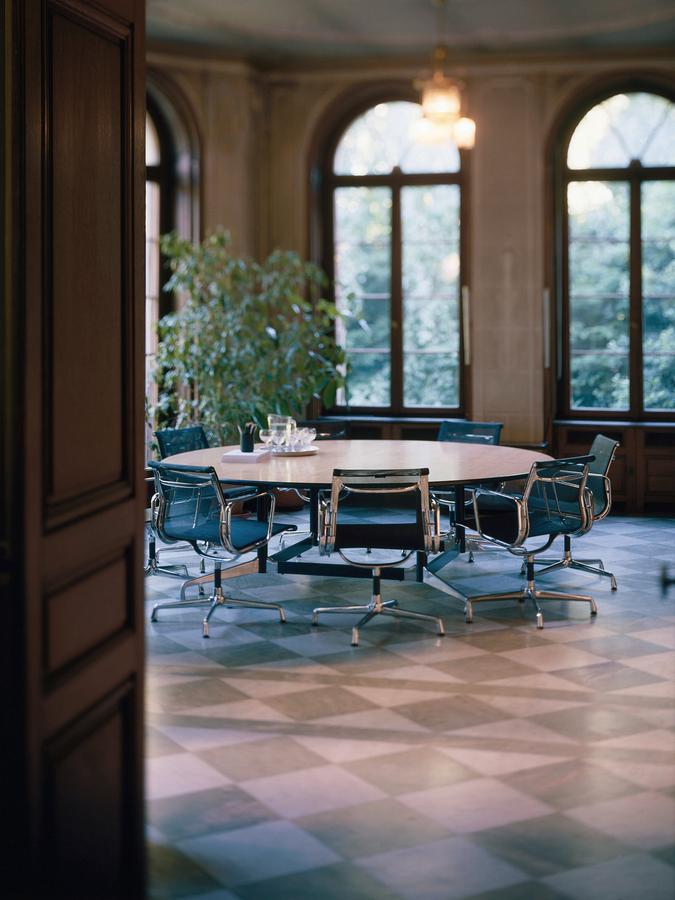 vitra aluminium group ea 107 ea 108 ea 107 non swivelling chrome plated hopsak nero by. Black Bedroom Furniture Sets. Home Design Ideas