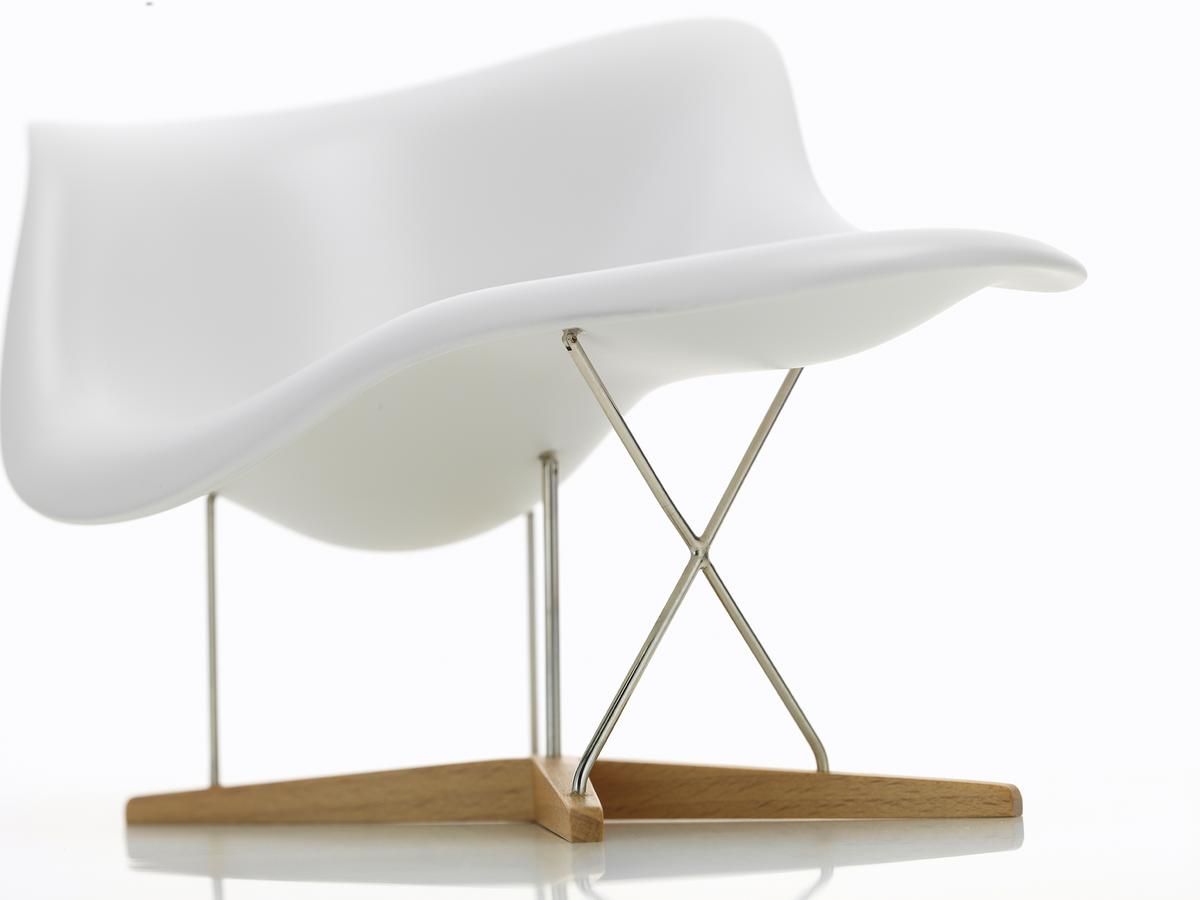 Lounge Stoel Eames.Vitra La Chaise Miniature By Charles Ray Eames 1948 Designer